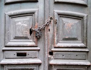 Vor einer geschlossenen Tür stehen